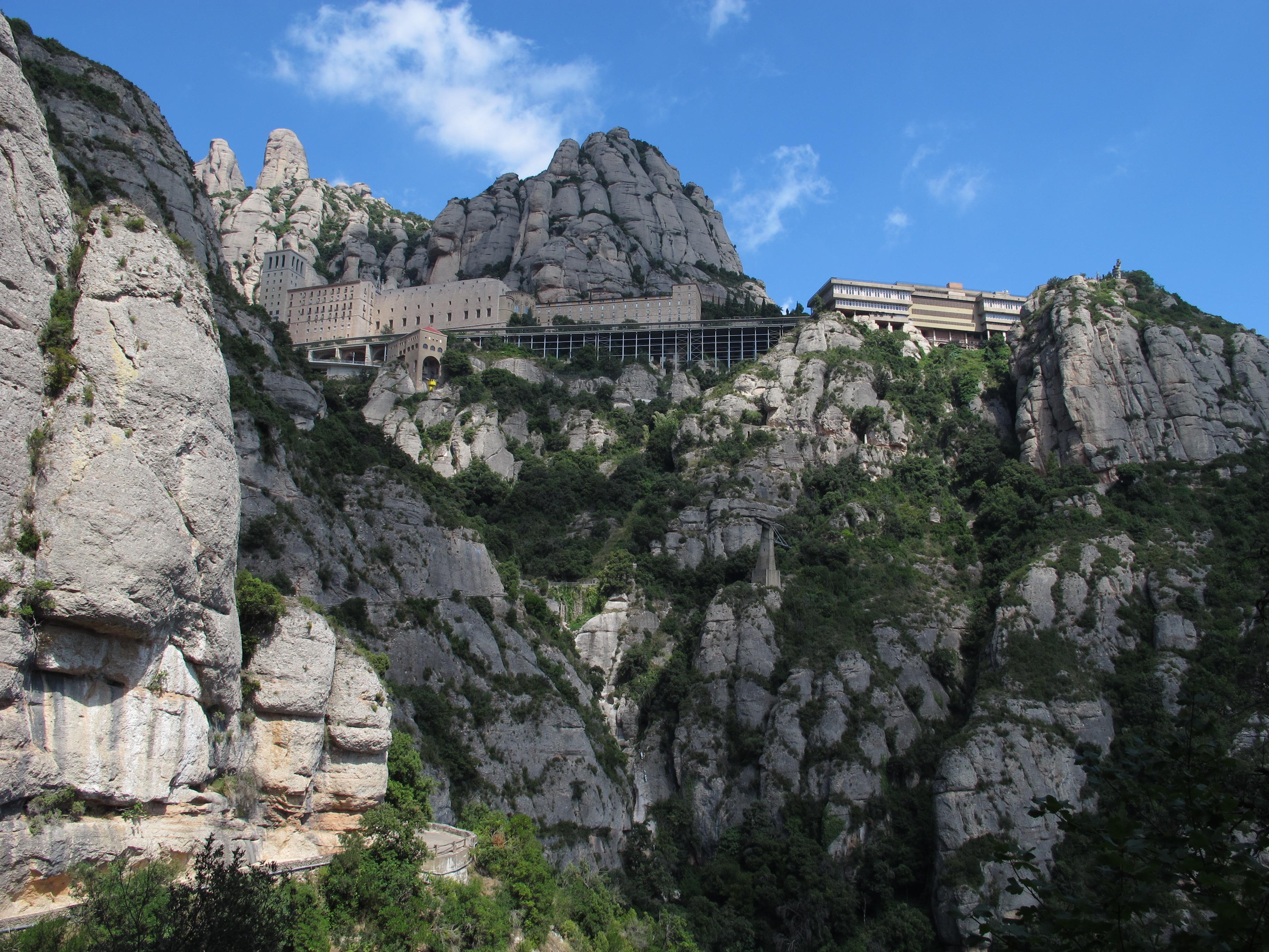Les plaques commemoratives de Ballets de Catalunya a Montserrat